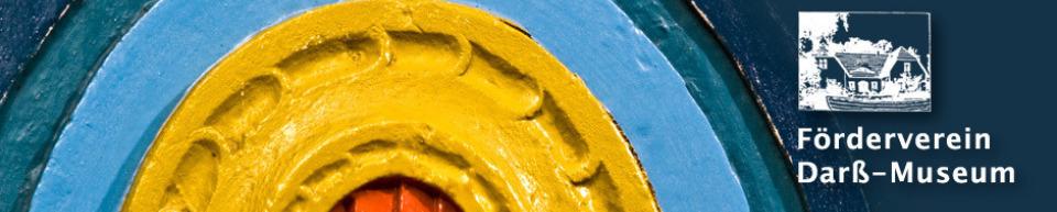 Ausschnitt einer Darßer Tür und Logo des Fördervereins Darß-Museum e.V.